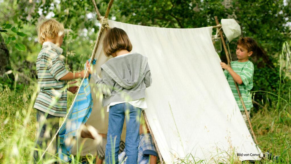 Kinder bauen Höhlen und Zelte